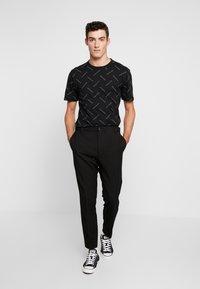 Calvin Klein Jeans - INSTITUTIONAL TEE - Print T-shirt - black/white - 1