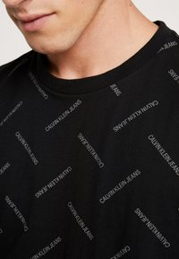 Calvin Klein Jeans - INSTITUTIONAL TEE - Print T-shirt - black/white - 5