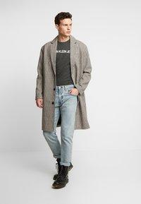 Calvin Klein Jeans - INSTITUTIONAL LOGO SLIM TEE - Camiseta estampada - raven - 1