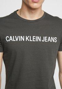 Calvin Klein Jeans - INSTITUTIONAL LOGO SLIM TEE - Camiseta estampada - raven - 5