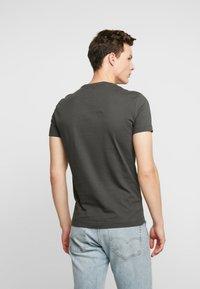 Calvin Klein Jeans - INSTITUTIONAL LOGO SLIM TEE - Camiseta estampada - raven - 2