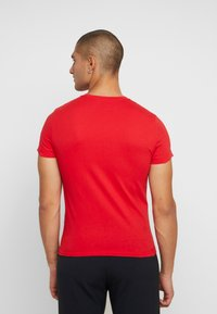 Calvin Klein Jeans - INSTITUTIONAL LOGO SLIM TEE - T-shirt imprimé - racing red/bright white - 2