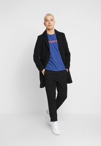 Calvin Klein Jeans - INSTITUTIONAL LOGO SLIM TEE - T-shirt imprimé - blue heather/black - 1