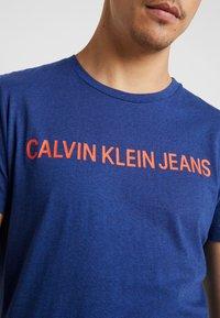 Calvin Klein Jeans - INSTITUTIONAL LOGO SLIM TEE - T-shirt imprimé - blue heather/black - 5