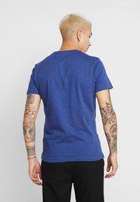 Calvin Klein Jeans - INSTITUTIONAL LOGO SLIM TEE - T-shirt imprimé - blue heather/black - 2