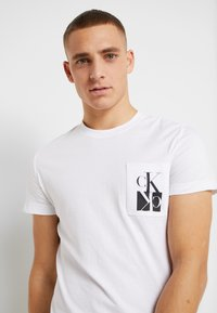 Calvin Klein Jeans - MIRRORED MONOGRAM SLIM TEE - T-shirt con stampa - bright white/black