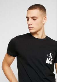 Calvin Klein Jeans - MIRRORED MONOGRAM SLIM TEE - T-shirt med print - black/white - 3