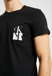 Calvin Klein Jeans - MIRRORED MONOGRAM SLIM TEE - T-shirt med print - black/white - 5