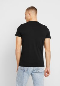 Calvin Klein Jeans - MIRRORED MONOGRAM SLIM TEE - T-shirt med print - black/white - 2