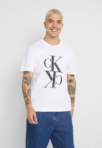 Calvin Klein Jeans - MIRRORED MONOGRAM TEE - T-shirt con stampa - bright white/black - 0
