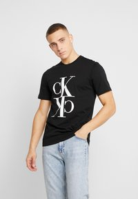 Calvin Klein Jeans - MIRRORED MONOGRAM TEE - T-shirt med print - black/white - 0