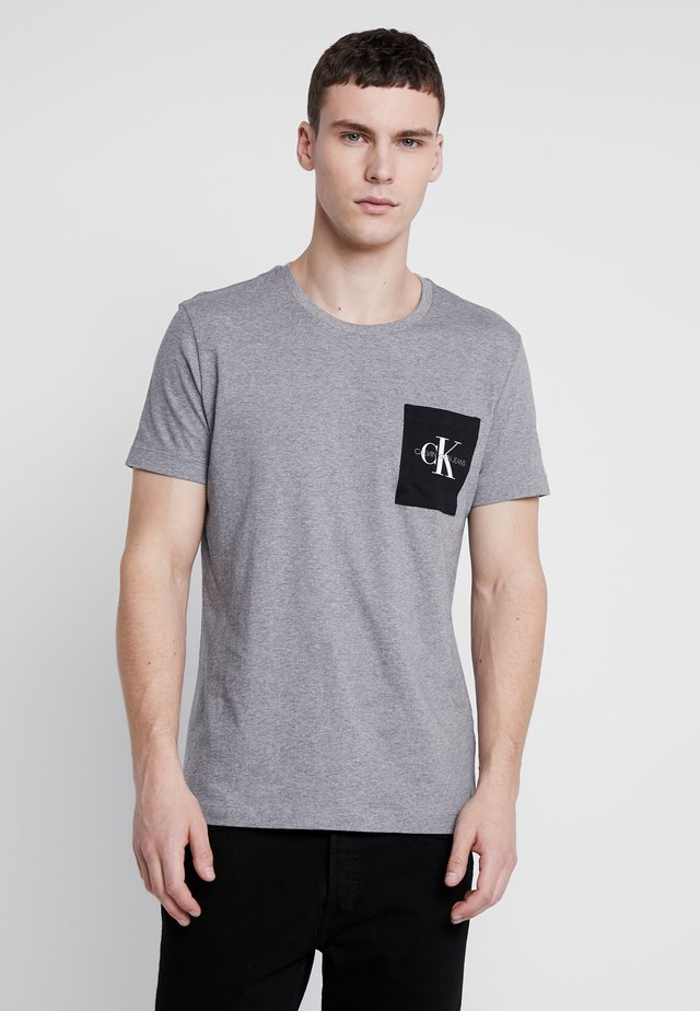 MONOGRAM POCKET SLIM TEE - T-shirt con stampa - mid grey heather/black