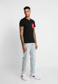 Calvin Klein Jeans - MONOGRAM POCKET SLIM TEE - Camiseta estampada - black/racing red - 1