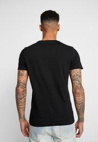 Calvin Klein Jeans - MONOGRAM POCKET SLIM TEE - Camiseta estampada - black/racing red - 2