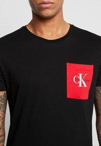 Calvin Klein Jeans - MONOGRAM POCKET SLIM TEE - Camiseta estampada - black/racing red - 5