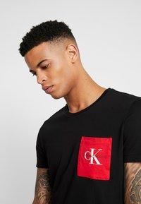 Calvin Klein Jeans - MONOGRAM POCKET SLIM TEE - Camiseta estampada - black/racing red - 3