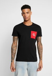 Calvin Klein Jeans - MONOGRAM POCKET SLIM TEE - Camiseta estampada - black/racing red - 0