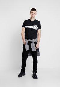 Calvin Klein Jeans - STACKED L SLIM  - T-shirt print - black - 1
