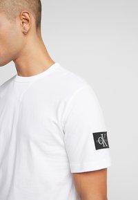 Calvin Klein Jeans - MONOGRAM SLEEVE BADGE TEE - Basic T-shirt - bright white - 4