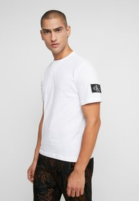 Calvin Klein Jeans - MONOGRAM SLEEVE BADGE TEE - Basic T-shirt - bright white - 0