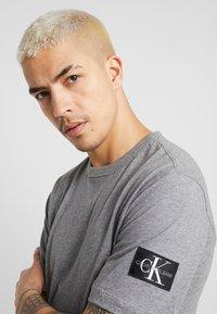 Calvin Klein Jeans - MONOGRAM SLEEVE BADGE TEE - T-shirt basique - mid grey heather - 3