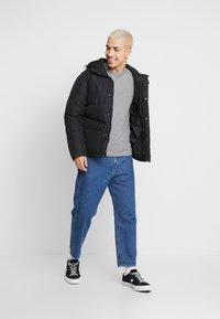 Calvin Klein Jeans - MONOGRAM SLEEVE BADGE TEE - T-shirt basique - mid grey heather - 1