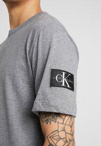Calvin Klein Jeans - MONOGRAM SLEEVE BADGE TEE - T-shirt basique - mid grey heather - 5