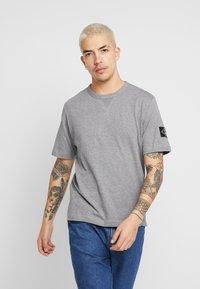 Calvin Klein Jeans - MONOGRAM SLEEVE BADGE TEE - T-shirt basique - mid grey heather - 0