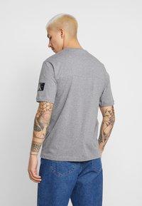 Calvin Klein Jeans - MONOGRAM SLEEVE BADGE TEE - T-shirt basique - mid grey heather - 2