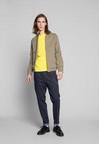 Calvin Klein Jeans - MONOGRAM SLEEVE BADGE TEE - T-shirt basique - solar yellow - 1