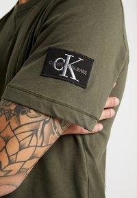 Calvin Klein Jeans - MONOGRAM SLEEVE BADGE TEE - T-shirt basic - deep depths - 5