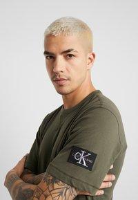 Calvin Klein Jeans - MONOGRAM SLEEVE BADGE TEE - T-shirt basique - deep depths - 3