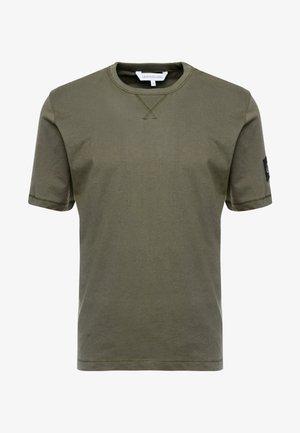 MONOGRAM SLEEVE BADGE TEE - T-shirt basic - deep depths