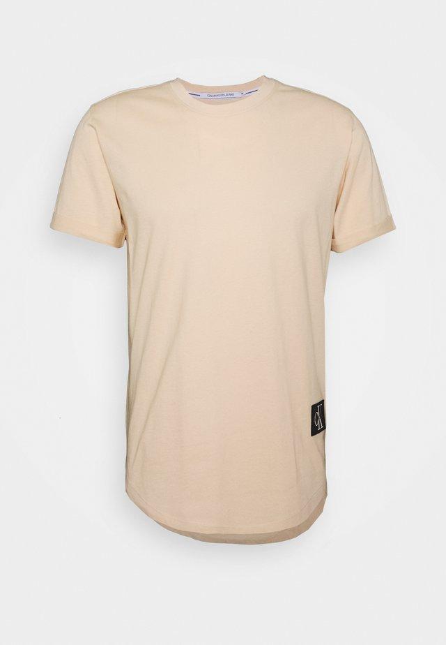 BADGE TURN UP SLEEVE - T-Shirt basic - tapioca