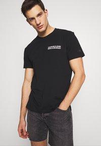 Calvin Klein Jeans - MONOGRAM SQUARE BACK REG TEE - Print T-shirt - black - 2
