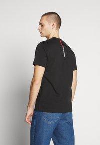 Calvin Klein Jeans - STRIPE INSTITUTIONAL LOGO TEE - Triko spotiskem - black - 2