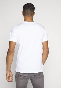 Calvin Klein Jeans - INSTIT CHEST TEE - Camiseta estampada - bright white - 2