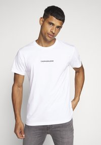 Calvin Klein Jeans - INSTIT CHEST TEE - Camiseta estampada - bright white - 0