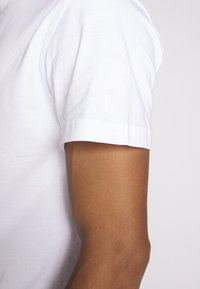 Calvin Klein Jeans - INSTIT CHEST TEE - Camiseta estampada - bright white