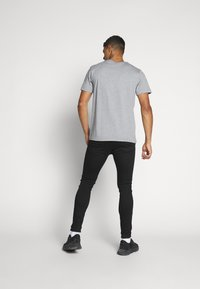 Calvin Klein Jeans - INSTIT CHEST TEE - T-shirt con stampa - mid grey heather - 2