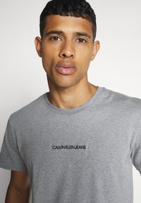 Calvin Klein Jeans - INSTIT CHEST TEE - T-shirt con stampa - mid grey heather - 4