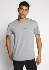 Calvin Klein Jeans - INSTIT CHEST TEE - T-shirt con stampa - mid grey heather - 0