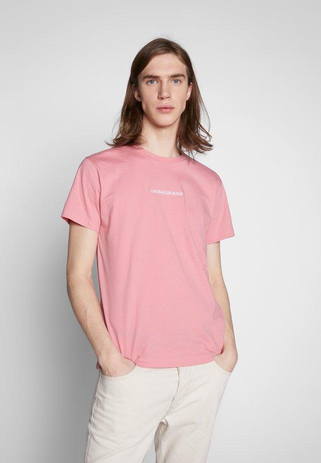 INSTIT CHEST TEE - T-shirt imprimé - brandied apricot