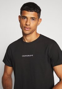 Calvin Klein Jeans - INSTIT CHEST TEE - Printtipaita -  black - 3