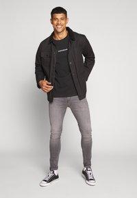 Calvin Klein Jeans - INSTIT CHEST TEE - Printtipaita -  black - 1