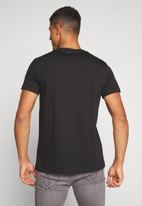 Calvin Klein Jeans - INSTIT CHEST TEE - Printtipaita -  black - 2