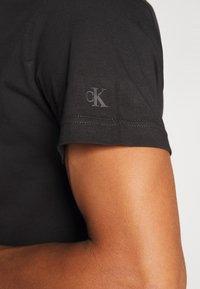Calvin Klein Jeans - INSTIT CHEST TEE - Printtipaita -  black - 5