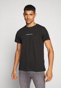 Calvin Klein Jeans - INSTIT CHEST TEE - Printtipaita -  black - 0