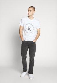 Calvin Klein Jeans - ROUND LOGO TEE - T-shirt z nadrukiem - bright white - 1