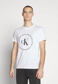 Calvin Klein Jeans - ROUND LOGO TEE - T-shirt z nadrukiem - bright white - 0